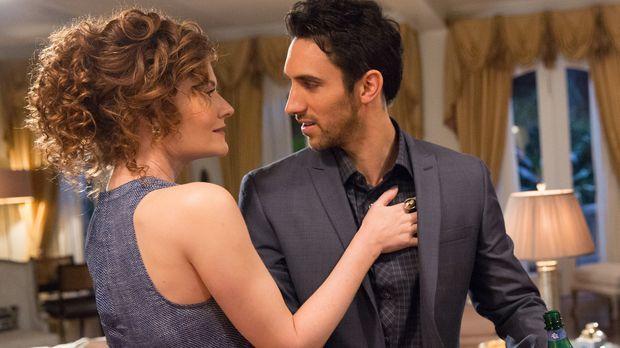 Evelyn (Rebecca Wisocky, l.) versucht verzweifelt, mehr Zeit mit Tony (Domini...