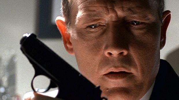 Doggett (Robert Patrick) findet in Mulders Wohnung eine Waffe, in deren Magaz...