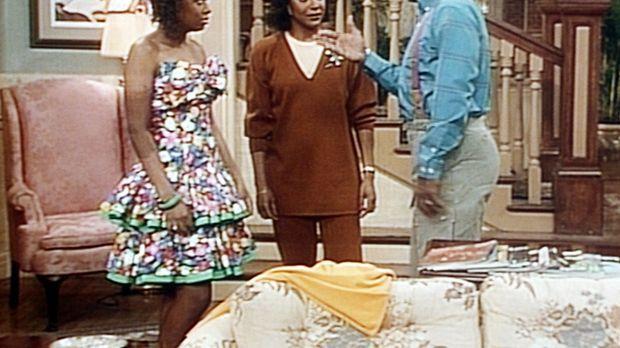 Cliff (Bill Cosby, r.) findet Vanessas (Tempsett Bledsoe, l.) neues Kleid zu...