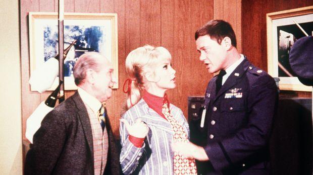 Um die Heiratserlaubnis zu bekommen, muss Jeannie (Barbara Eden, M.) einen Bl...