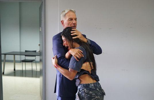 Navy CIS - Kelly (Emily Alabi, r.) gelingt es, ihrem Kidnapper zu entkommen,...
