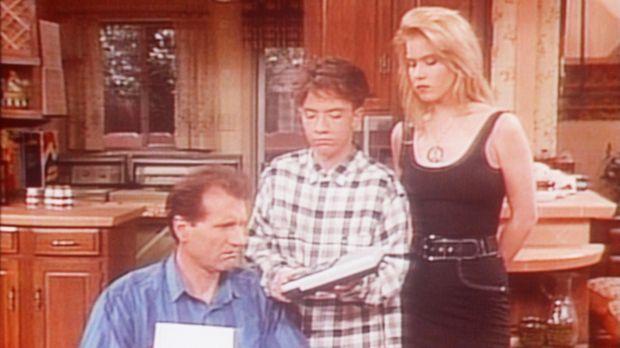 Bud (David Faustino, M.) und Kelly (Christina Applegate, r.) ermutigen Al (Ed...
