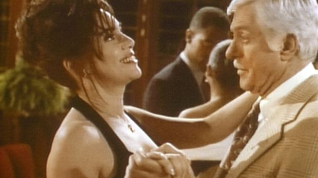 Mark (Dick Van Dyke, r.) tanzt mit Moriah (Julie Carmen, l.), die er verdächt...
