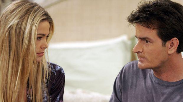 Charlie (Charlie Sheen, r.) sieht seine Chance gekommen, mit Lisa (Denise Ric...