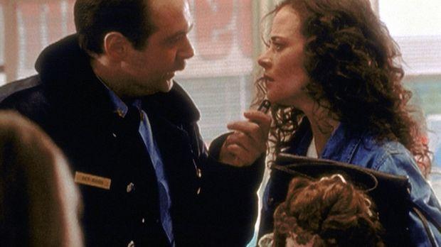 Polizei-Chief Jack Bonsaint (Larry Musser, l.) verhört Melissa (Susannah Hoff...