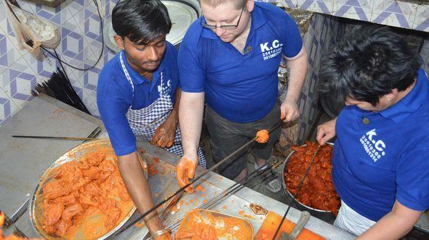 Für Koch Thorsten (M.) und Küchenhilfe Andrea (r.) bricht rund 7.000 Kilomete...