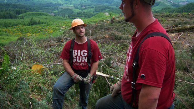 Levi (l.) und seine Crew von Big Gun Logging werfen einen ersten Blick auf ih...