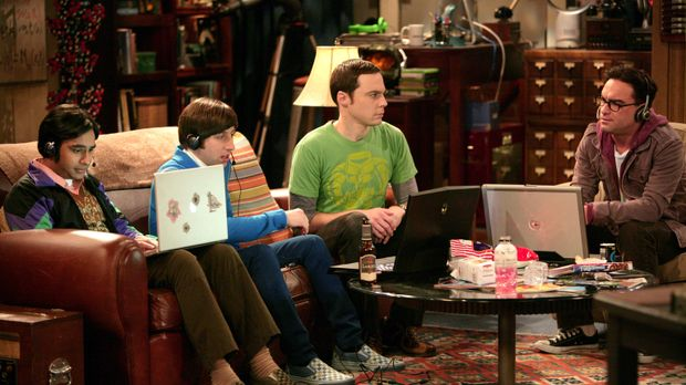 Bei einem Online-Spiel wird Sheldons (Jim Parsons, 2.v.r.) Zugang gehackt und...