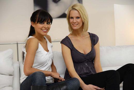 Das Model und der Freak - Monica Ivancan (r.) und Anna Bade (l.) helfen mal w...