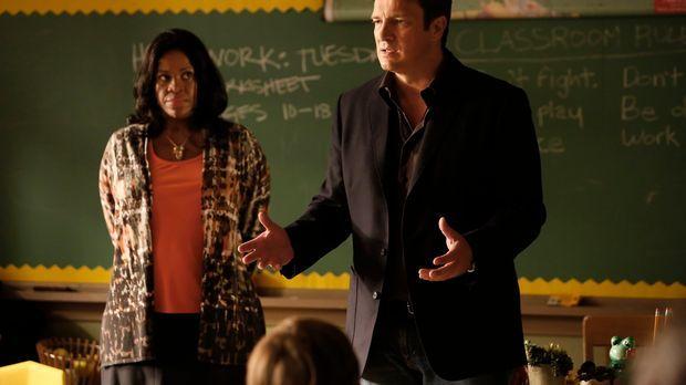Castle - Zusammen mit der Lehrerin Mrs. Leslie Ruiz (Michael Hyatt, l.) versu...