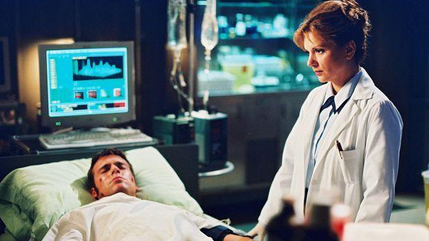 Als Daniel (Michael Shanks, l.) eine Explosion der hochwirksamen Substanz Naq...