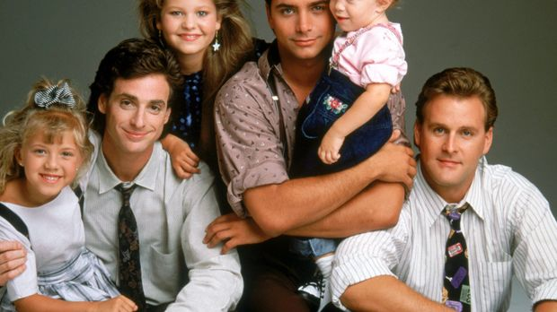 (2. Staffel) - Bei Stephanie (Jodie Sweetin, l.), Danny (Bob Saget, 2.v.l.),...