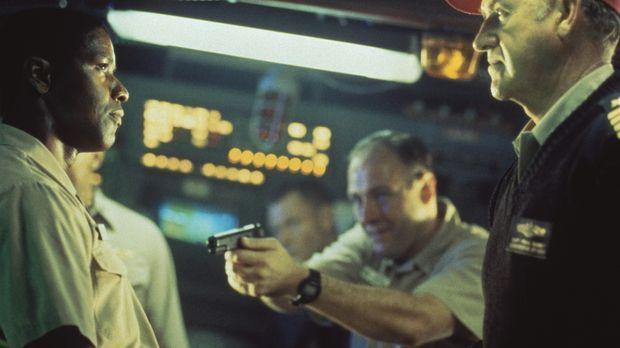 Als der besonnene 1. Offizier (Denzel Washington, l.) seinem Kommandanten (Ge...