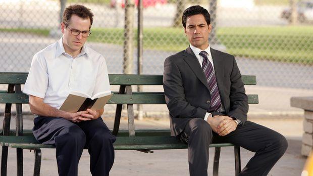 Bob (Christopher Goodson, l.) scheint es unangenehm zu sein, dass Scott Valen...