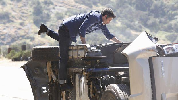Auf dem Weg zum Flughafen wird Derek (Patrick Dempsey) Zeuge eines Autounfall...