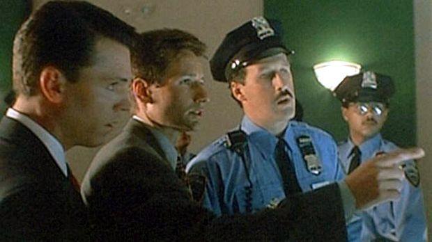 Mulder (David Duchovny, M.) und sein neuer Partner Krycek (Nicholas Lea, l.)...