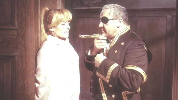 Der Diener Grimsby (Artur Binder, r.) bedroht Jane Wilson (Karin Baal, l.), d...