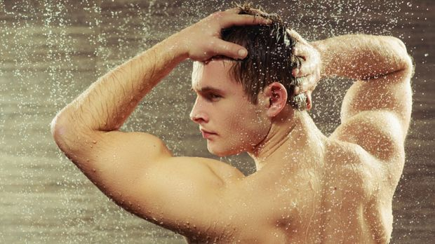 Mann unter der Dusche