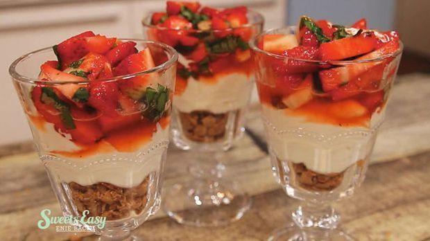 """Käsekuchen-Triffle mit Basilikum-Erdbeeren: Das schnelle Rezept aus """"Swe..."""