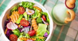 Mittags befindet sich Essen ohne Kohlenhydrate auf dem Teller, wie ein bunter...