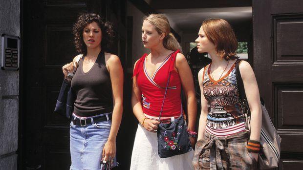 Die drei Studentinnen Inken (Diana Ampft, M.), Lena (Karoline Herfurth, r.) u...