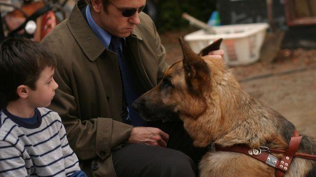 Jim (Ron Eldard, r.) versucht über Jake Crider (Max Jansen Weinstein, l.) an...