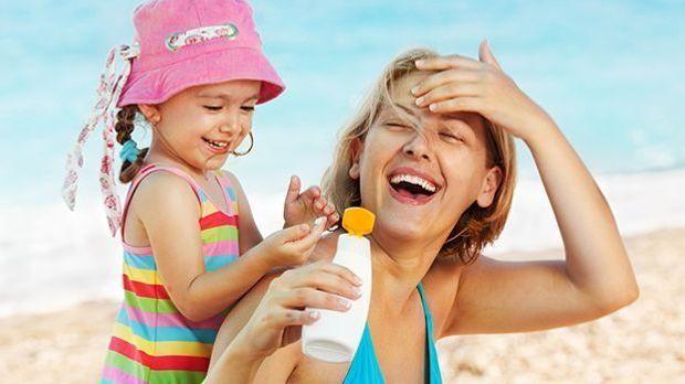 Im Sommer heißt es: Immer schön eincremen – besonders am Strand, denn hier we...