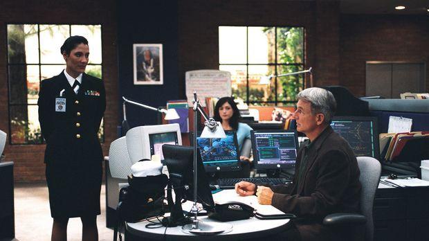 Commander Faith Coleman (Alicia Coppola, l.) vom JAG will Yost unbedingt hint...