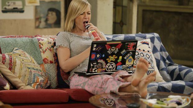 Während Caroline (Beth Behrs) sich daheim eine kleine Auszeit genehmigt, band...