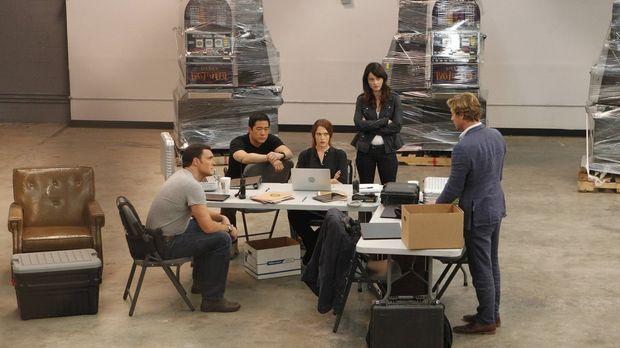 Patrick (Simon Baker, r.) nimmt Abschied von seinen Kollegen Teresa (Robin Tu...
