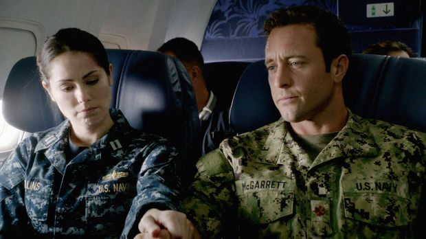 Steve (Alex O'Loughlin, r.) und Catherine (Michelle Borth, l.) fliegen nach N...