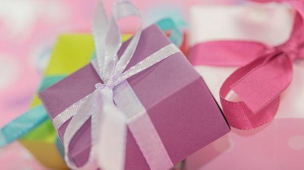 Nicht nur für das Brautpaar gibt es Geschenke. Auch die Gäste freuen sich übe...