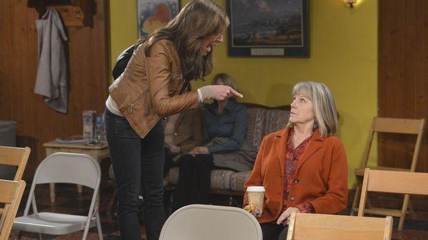 Von der Trauer um Alvin überwältigt, fängt Bonnie (Allison Janney, l.) an, du...
