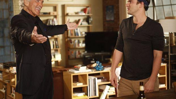 Nick (Jake Johnson, r.) bekommt unerwartet Besuch von seinem Vater (Dennis Fa...