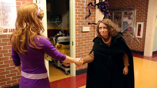 Tessa (Jane Levy, l.) weckt das Interesse der berüchtigten Hexe von East Chat...