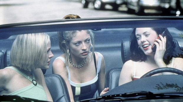 Trio Infernal: Courtney (Rose McGowan, r.), Julie (Rebecca Gayheart, M.) und...