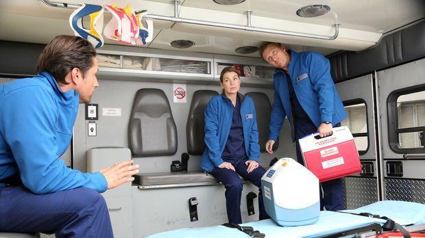 Während Meredith (Ellen Pompeo, M.) gemeinsam mit Owen (Kevin McKidd, r.) und...
