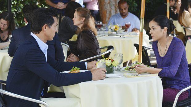 Jake (Benjamin Bratt, l.) ist vom neuen Freund seiner Tochter Angela (Emily R...