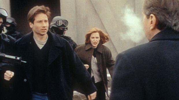 Der geheimnisvolle Raucher (William B. Davis, r.) lässt Mulder (David Duchovn...
