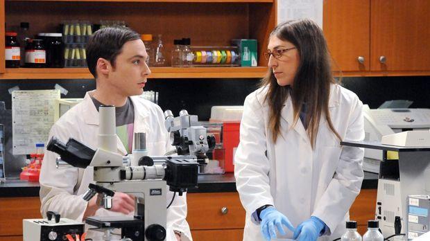 Der Universitätspräsident zwingt Sheldon (Jim Parsons, l.), endlich seinen Ur...