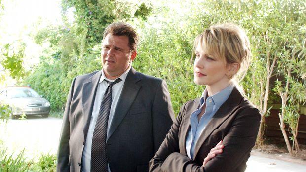 Lilly (Kathryn Morris, r.) und Nick (Jeremy Ratchford, l.) versuchen eine mys...
