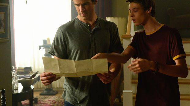 Kann Joe (Colin Ford, r.) Sam (Eddie Cahill, l.) noch trauen, nachdem er sich...