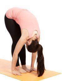 Schritt eins: Gehen Sie in die Vorbeuge. Kundalini Yoga-Übungen wie diese sin...