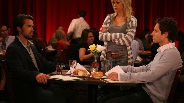 Verzweifelt versucht Dee (Kaitlin Olson, M.), zwischen Mac (Rob McElhenney, l...