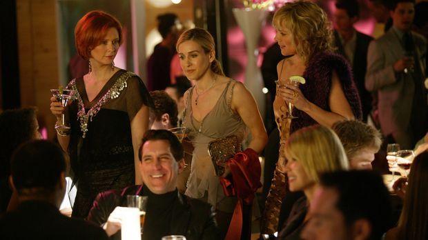 Eines Tages lädt Samantha (Kim Cattrall, r.) ihre Freundinnen Miranda (Cynthi...