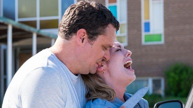Der Serientäter Seibert (Chris Mott, l.) entführt Julie (Katie Evans, r.) und...