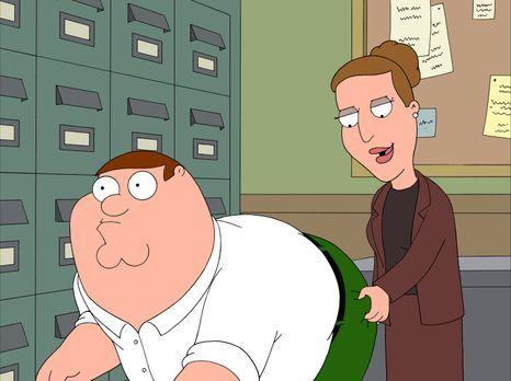 Family Guy - Peter (l.) versucht, den Avancen seiner Chefin Angela (r.) zu en...