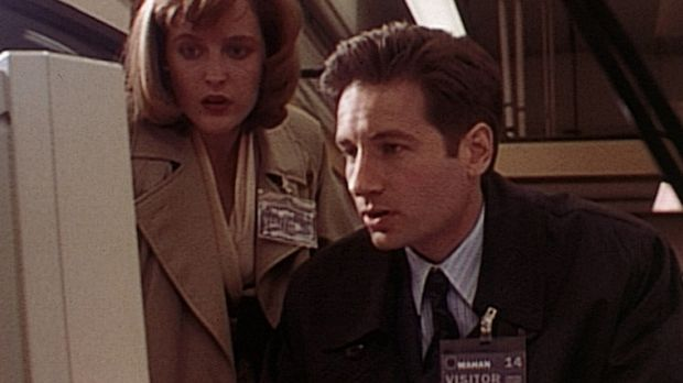 Bei ihren Ermittlungen stoßen Scully (Gillian Anderson, l.) und Mulder (David...