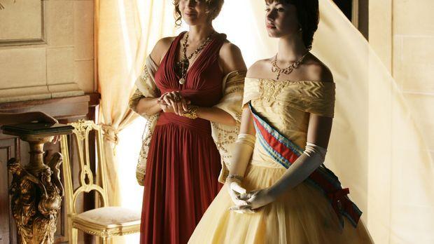 Obwohl sich Prinzessin Rosalinda (Demi Lovato, r.) mit Hilfe der Direktorin (...