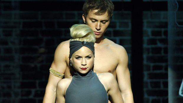 Für Suzanne (Sarah Jayne Jensen, vorne) ist Tommy (Kenny Wormald, hinten) nic...
